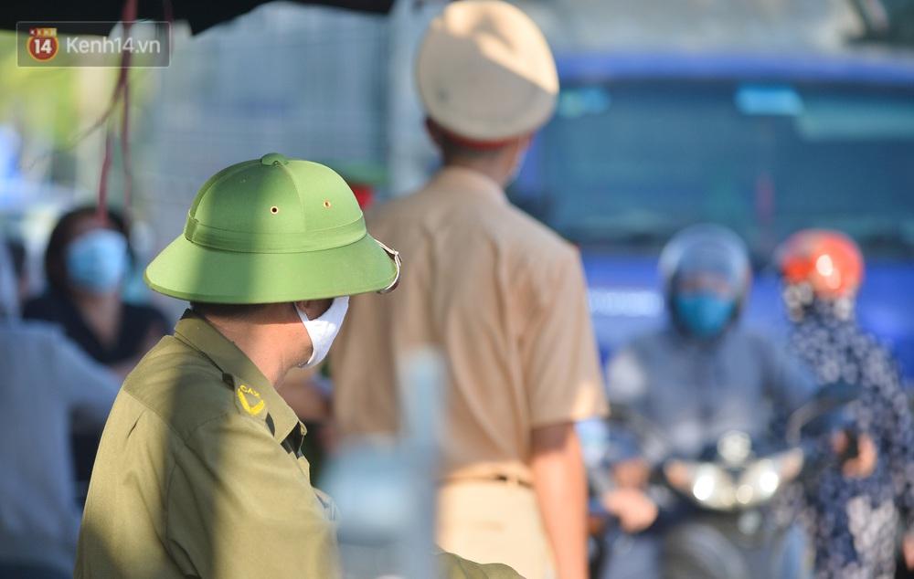 Hà Nội: Đông Anh lập chốt kiểm soát khu vực giáp ranh Bắc Ninh, ô tô quay đầu, hàng dài xe cơ giới chờ khai báo y tế - Ảnh 13.