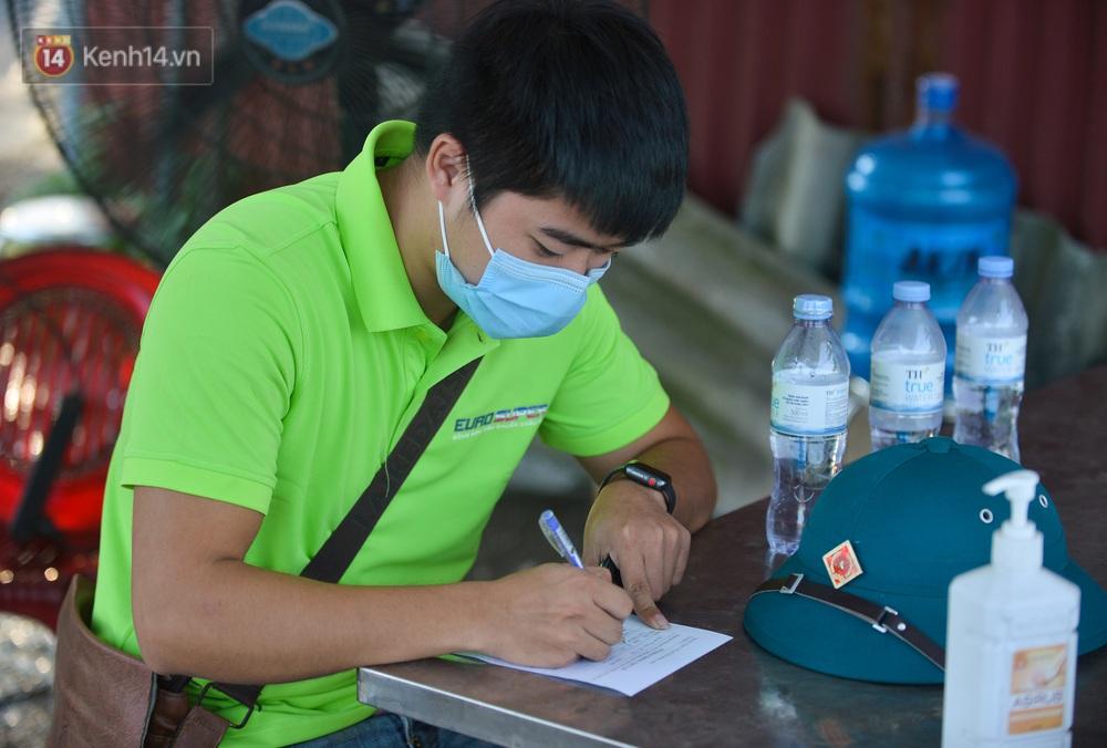 Hà Nội: Đông Anh lập chốt kiểm soát khu vực giáp ranh Bắc Ninh, ô tô quay đầu, hàng dài xe cơ giới chờ khai báo y tế - Ảnh 11.