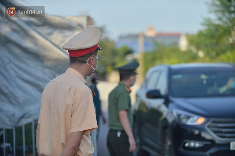 Hà Nội: Đông Anh lập chốt kiểm soát khu vực giáp ranh Bắc Ninh, ô tô quay đầu, hàng dài xe cơ giới chờ khai báo y tế - Ảnh 12.