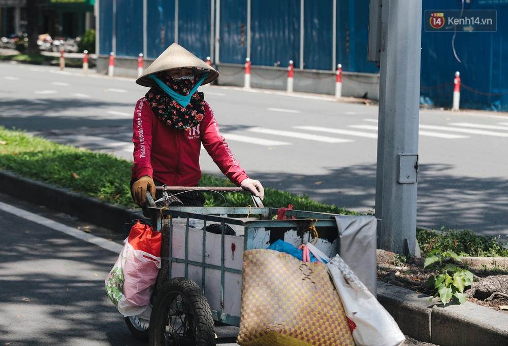 Ảnh: Xót xa những phận đời chật vật mưu sinh trong những ngày giãn cách xã hội ở Sài Gòn - Ảnh 11.