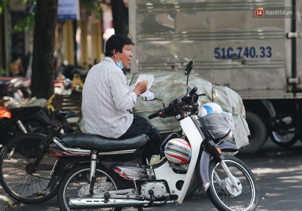 Ảnh: Xót xa những phận đời chật vật mưu sinh trong những ngày giãn cách xã hội ở Sài Gòn - Ảnh 5.