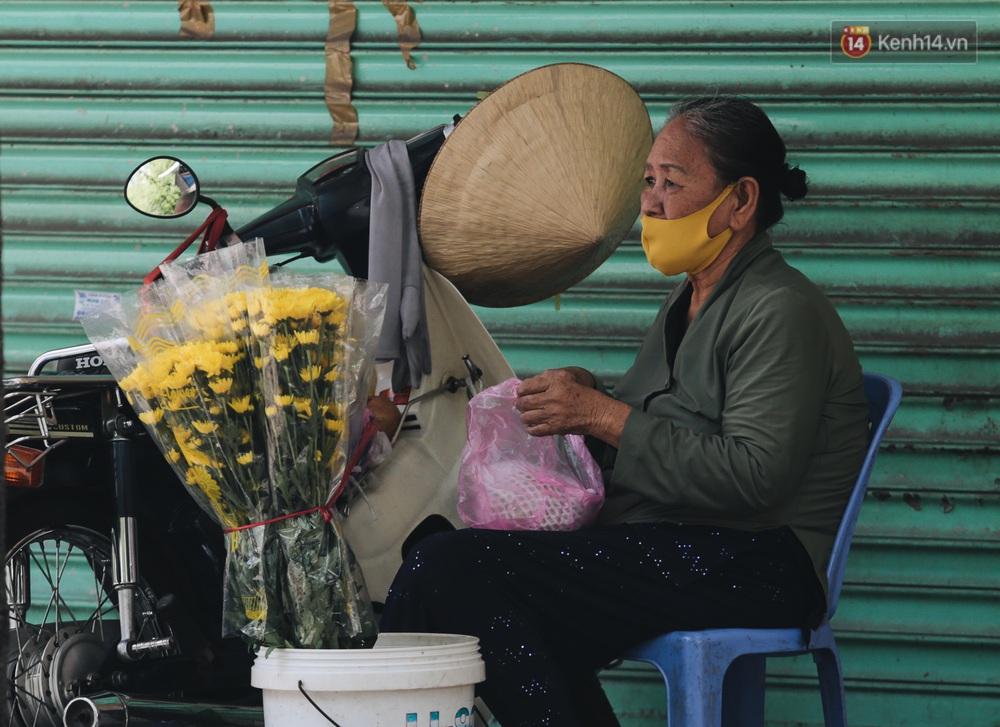 Ảnh: Xót xa những phận đời chật vật mưu sinh trong những ngày giãn cách xã hội ở Sài Gòn - Ảnh 13.