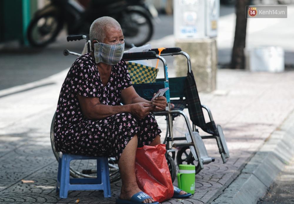 Ảnh: Xót xa những phận đời chật vật mưu sinh trong những ngày giãn cách xã hội ở Sài Gòn - Ảnh 8.