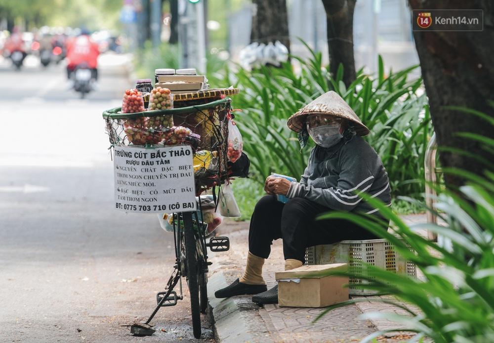 Ảnh: Xót xa những phận đời chật vật mưu sinh trong những ngày giãn cách xã hội ở Sài Gòn - Ảnh 6.