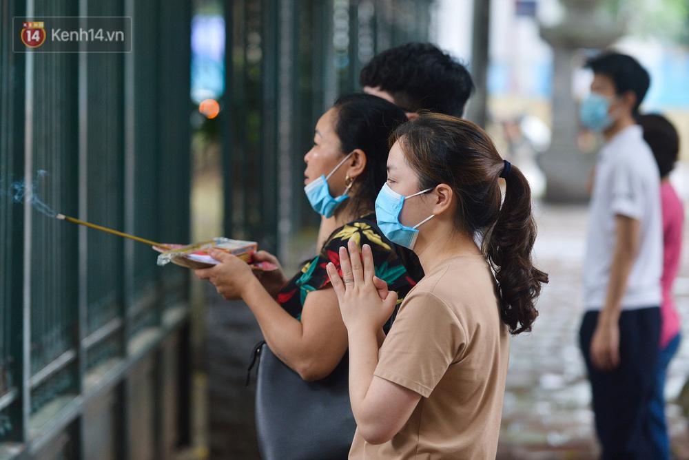 Ảnh: Phụ huynh vượt trăm cây số đến Văn Miếu cầu may cho con trước ngày thi vào lớp 10 - Ảnh 11.