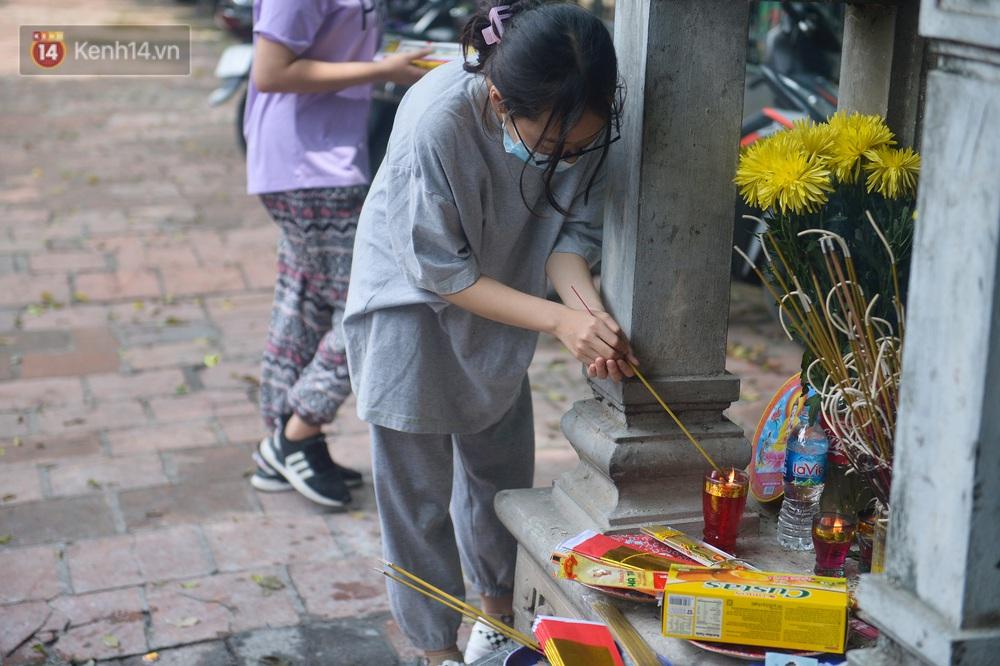 Ảnh: Phụ huynh vượt trăm cây số đến Văn Miếu cầu may cho con trước ngày thi vào lớp 10 - Ảnh 12.