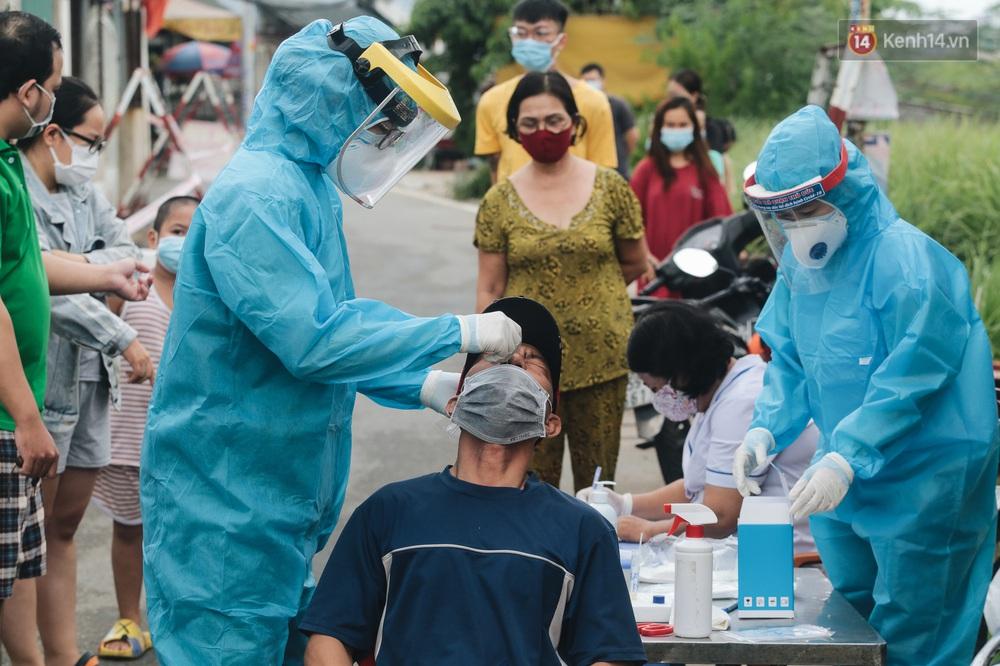 Ảnh: Quân đội phun hoá chất khử khuẩn ở TP. Thủ Đức sau khi có nhiều trường hợp liên quan đến Covid-19 - Ảnh 19.