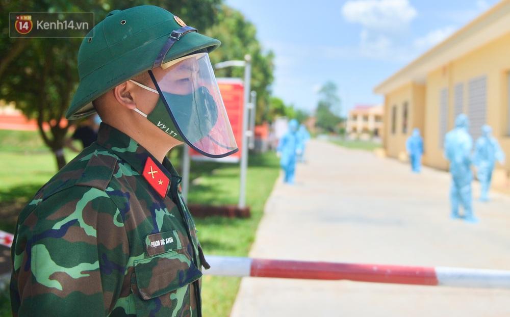 Ảnh: Giữa trời nắng 40 độ, bộ đội mặc áo bảo hộ kín mít đưa cơm cho công nhân Bắc Giang đang cách ly tập trung - Ảnh 5.