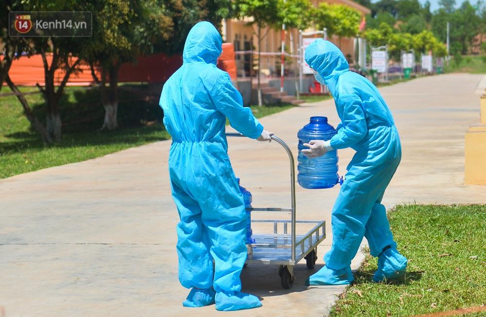 Ảnh: Giữa trời nắng 40 độ, bộ đội mặc áo bảo hộ kín mít đưa cơm cho công nhân Bắc Giang đang cách ly tập trung - Ảnh 6.