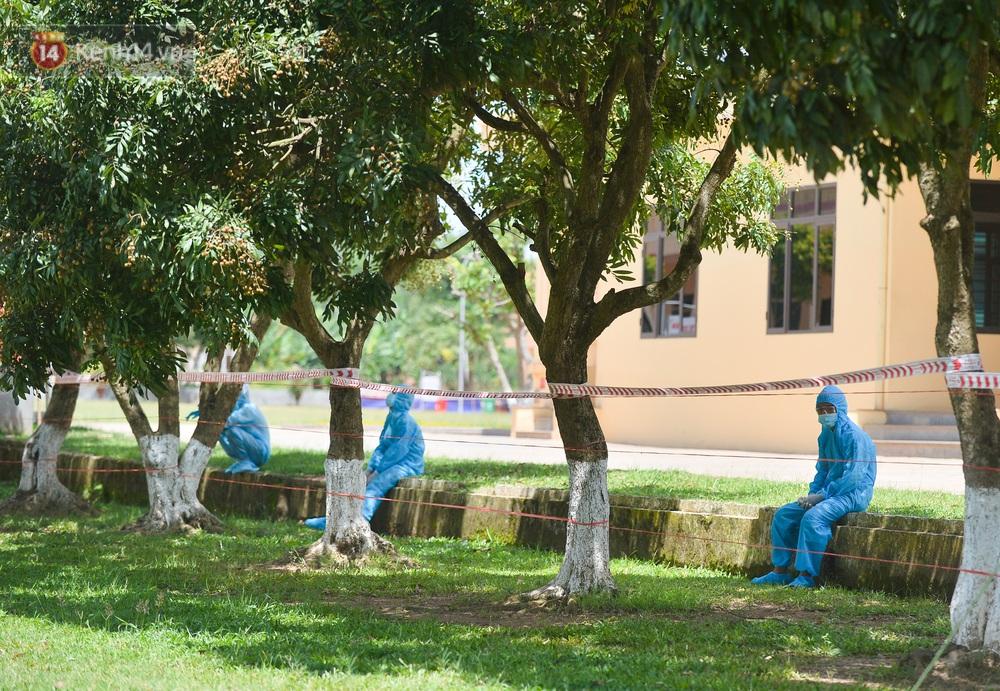 Ảnh: Giữa trời nắng 40 độ, bộ đội mặc áo bảo hộ kín mít đưa cơm cho công nhân Bắc Giang đang cách ly tập trung - Ảnh 17.