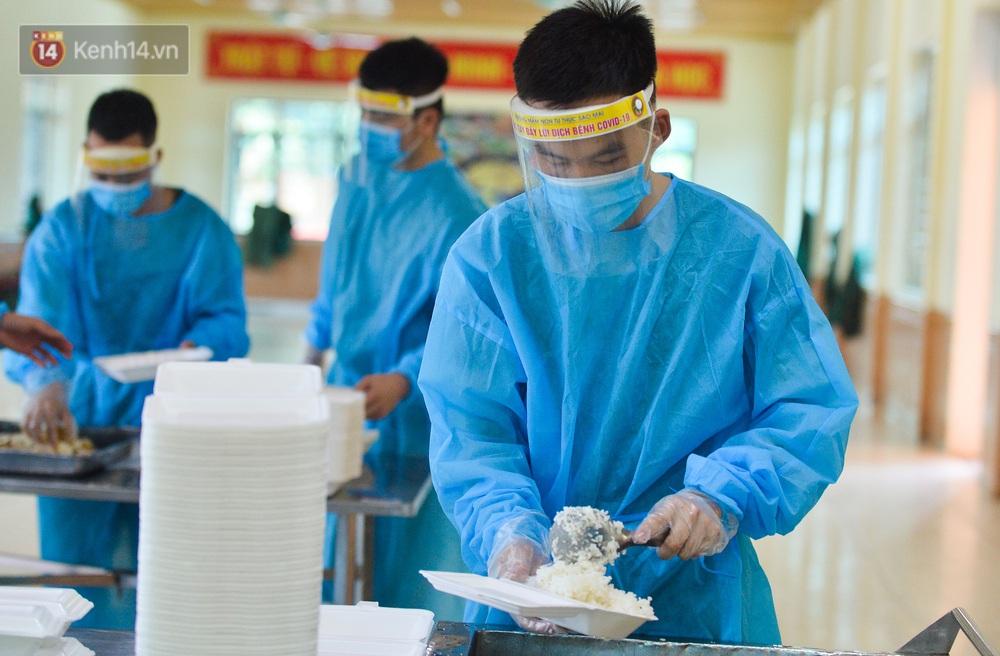Ảnh: Giữa trời nắng 40 độ, bộ đội mặc áo bảo hộ kín mít đưa cơm cho công nhân Bắc Giang đang cách ly tập trung - Ảnh 8.