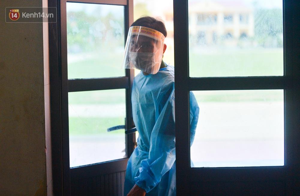 Ảnh: Giữa trời nắng 40 độ, bộ đội mặc áo bảo hộ kín mít đưa cơm cho công nhân Bắc Giang đang cách ly tập trung - Ảnh 10.