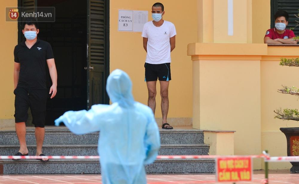 Ảnh: Giữa trời nắng 40 độ, bộ đội mặc áo bảo hộ kín mít đưa cơm cho công nhân Bắc Giang đang cách ly tập trung - Ảnh 14.