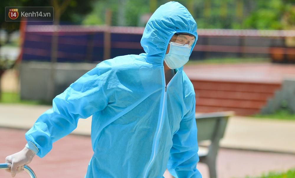 Ảnh: Giữa trời nắng 40 độ, bộ đội mặc áo bảo hộ kín mít đưa cơm cho công nhân Bắc Giang đang cách ly tập trung - Ảnh 16.