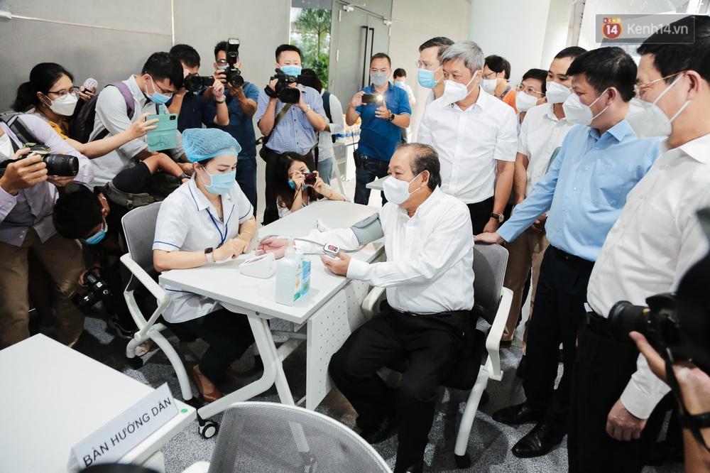 Cận cảnh 500 nhân viên khởi đầu cho chiến dịch tiêm chủng vaccine Covid-19 lớn nhất lịch sử tại TP.HCM - Ảnh 1.