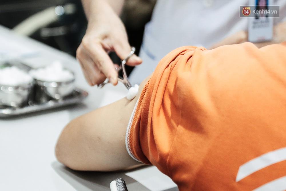 Cận cảnh 500 nhân viên khởi đầu cho chiến dịch tiêm chủng vaccine Covid-19 lớn nhất lịch sử tại TP.HCM - Ảnh 13.