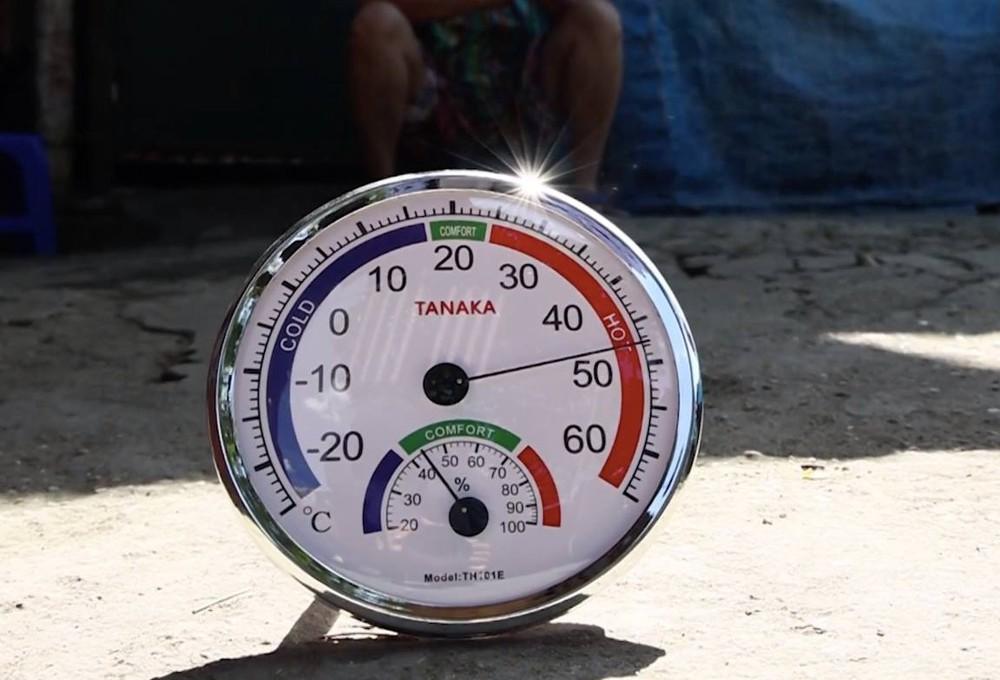 Nắng nóng đỉnh điểm lên đến gần 50 độ C tại Hà Nội: Mặt đường bốc hơi, người dân chật vật mưu sinh - Ảnh 4.