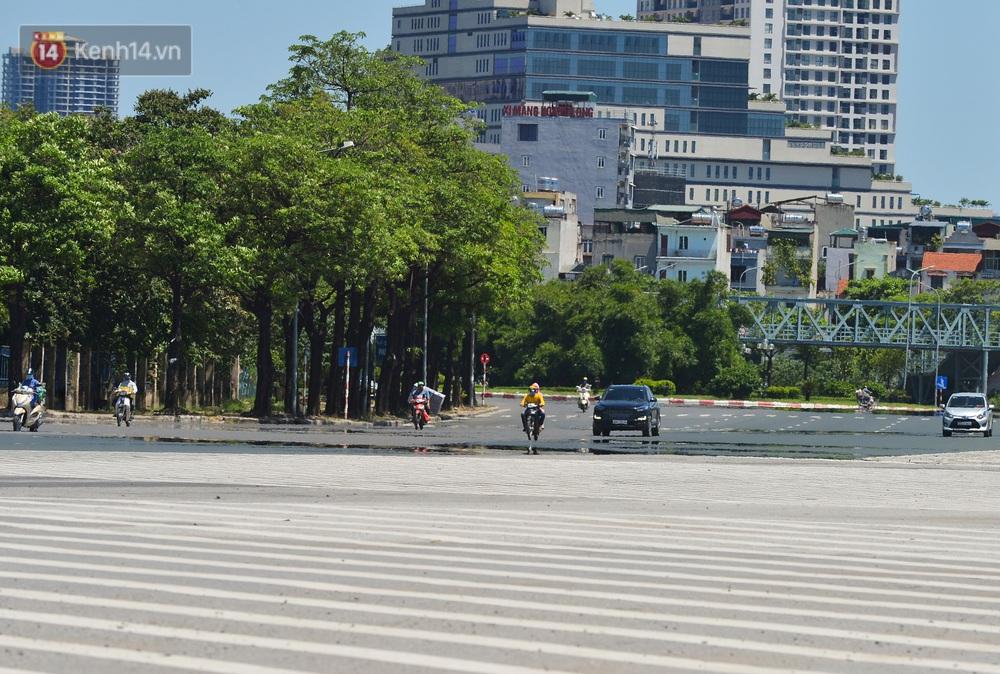 Nắng nóng đỉnh điểm lên đến gần 50 độ C tại Hà Nội: Mặt đường bốc hơi, người dân chật vật mưu sinh - Ảnh 2.