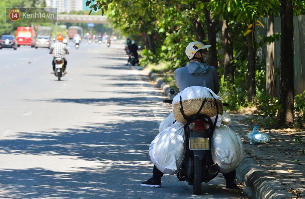 Nắng nóng đỉnh điểm lên đến gần 50 độ C tại Hà Nội: Mặt đường bốc hơi, người dân chật vật mưu sinh - Ảnh 12.