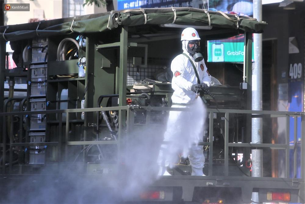 """Ảnh: Binh chủng Hóa học khử khuẩn đường phố, chặn giặc Covid-19"""" tái bùng phát ở Đà Nẵng - Ảnh 12."""