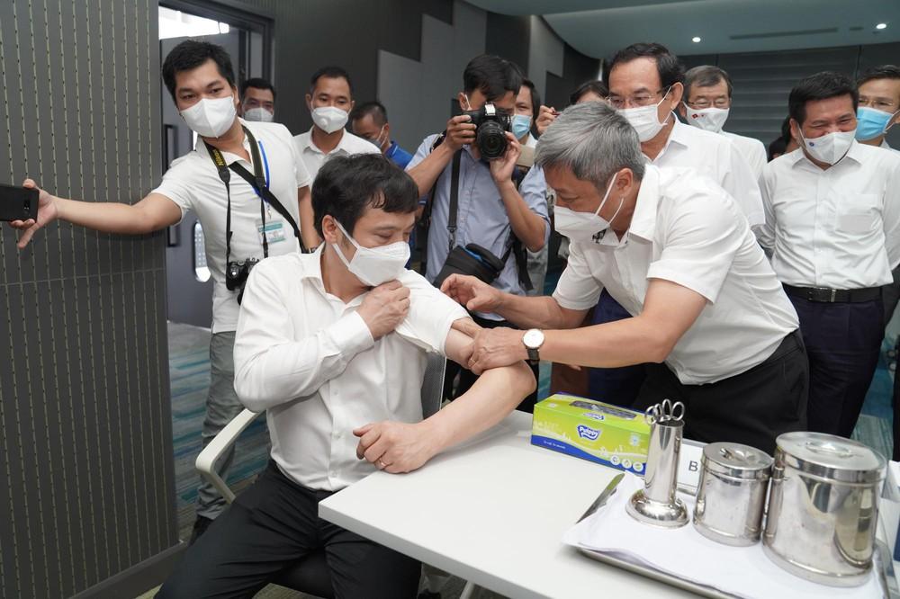 Cận cảnh 500 nhân viên khởi đầu cho chiến dịch tiêm chủng vaccine Covid-19 lớn nhất lịch sử tại TP.HCM - Ảnh 7.