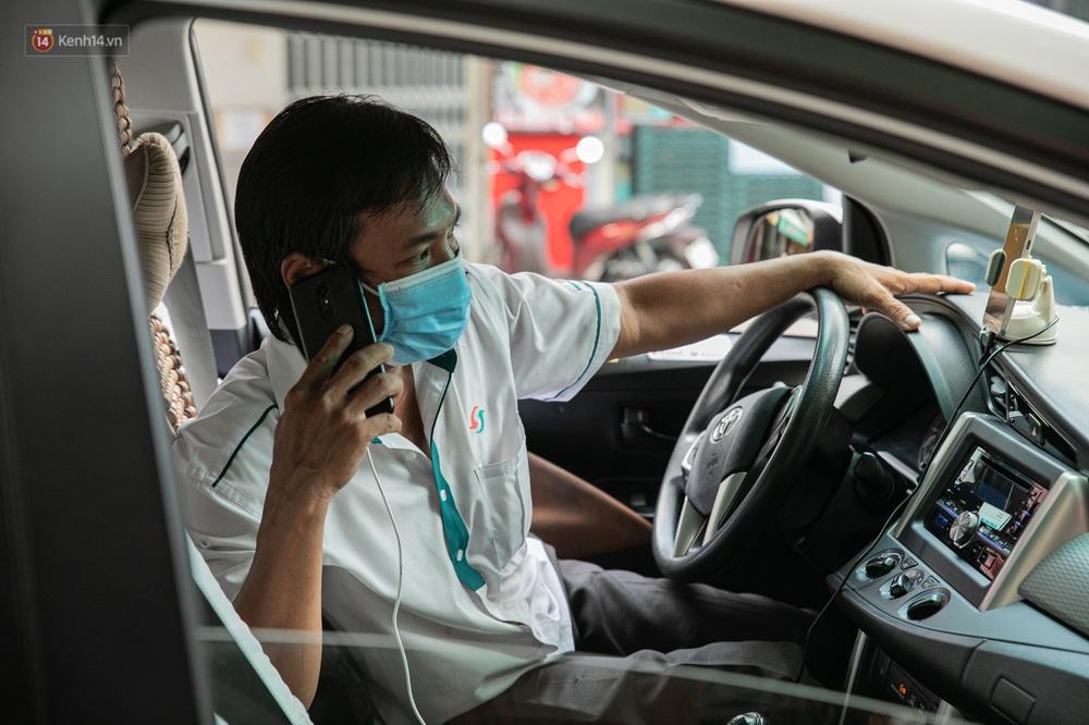 Nỗi buồn của tài xế Sài Gòn những ngày thực hiện Chỉ thị 10: Taxi mất việc, xe ôm mòn mỏi chờ khách - Ảnh 5.