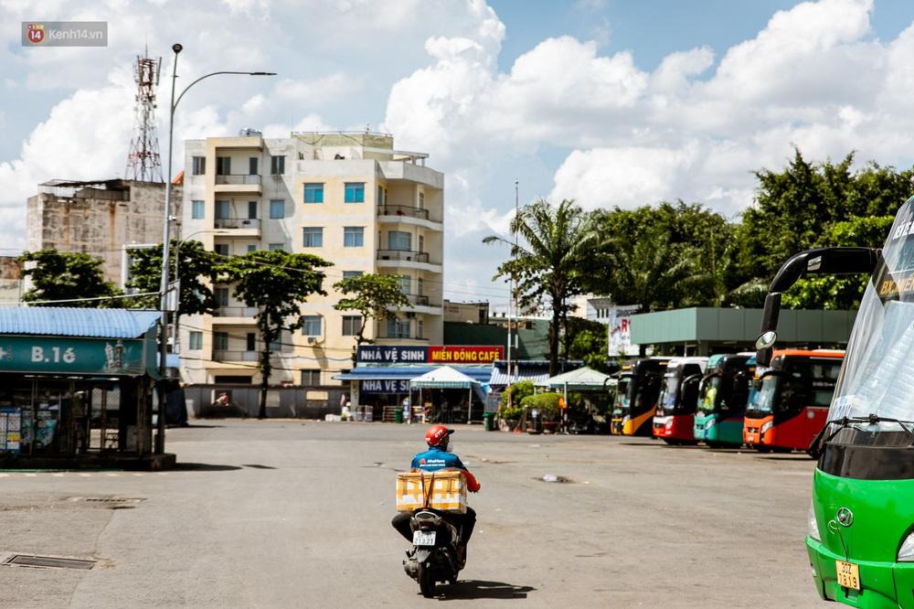 Nỗi buồn của tài xế Sài Gòn những ngày thực hiện Chỉ thị 10: Taxi mất việc, xe ôm mòn mỏi chờ khách - Ảnh 2.