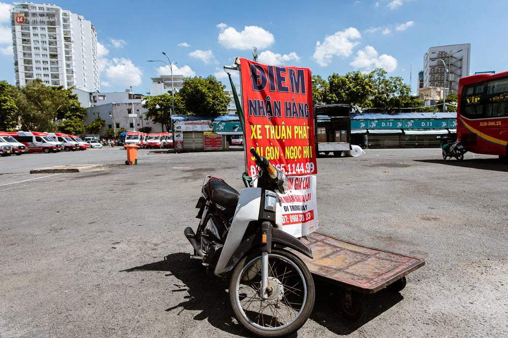 Nỗi buồn của tài xế Sài Gòn những ngày thực hiện Chỉ thị 10: Taxi mất việc, xe ôm mòn mỏi chờ khách - Ảnh 9.