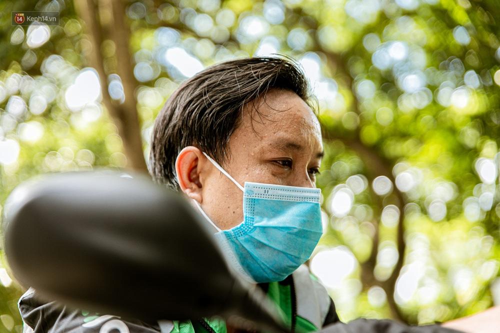 Nỗi buồn của tài xế Sài Gòn những ngày thực hiện Chỉ thị 10: Taxi mất việc, xe ôm mòn mỏi chờ khách - Ảnh 10.