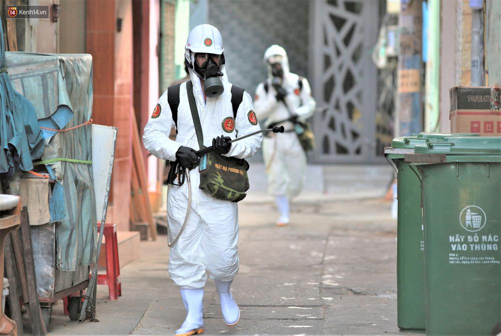 """Ảnh: Binh chủng Hóa học khử khuẩn đường phố, chặn giặc Covid-19"""" tái bùng phát ở Đà Nẵng - Ảnh 14."""