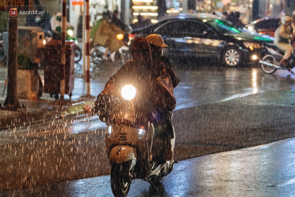 Chùm ảnh Hà Nội sau cơn mưa trắng trời: Cây đổ khắp phố phường, mất điện, người dân không kịp trở tay - Ảnh 3.