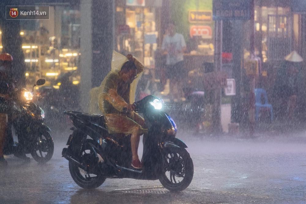 Chùm ảnh Hà Nội sau cơn mưa trắng trời: Cây đổ khắp phố phường, mất điện, người dân không kịp trở tay - Ảnh 6.