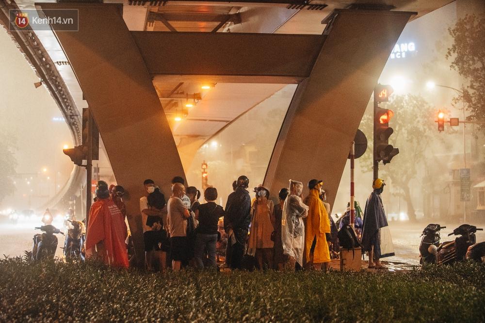 Chùm ảnh Hà Nội sau cơn mưa trắng trời: Cây đổ khắp phố phường, mất điện, người dân không kịp trở tay - Ảnh 8.