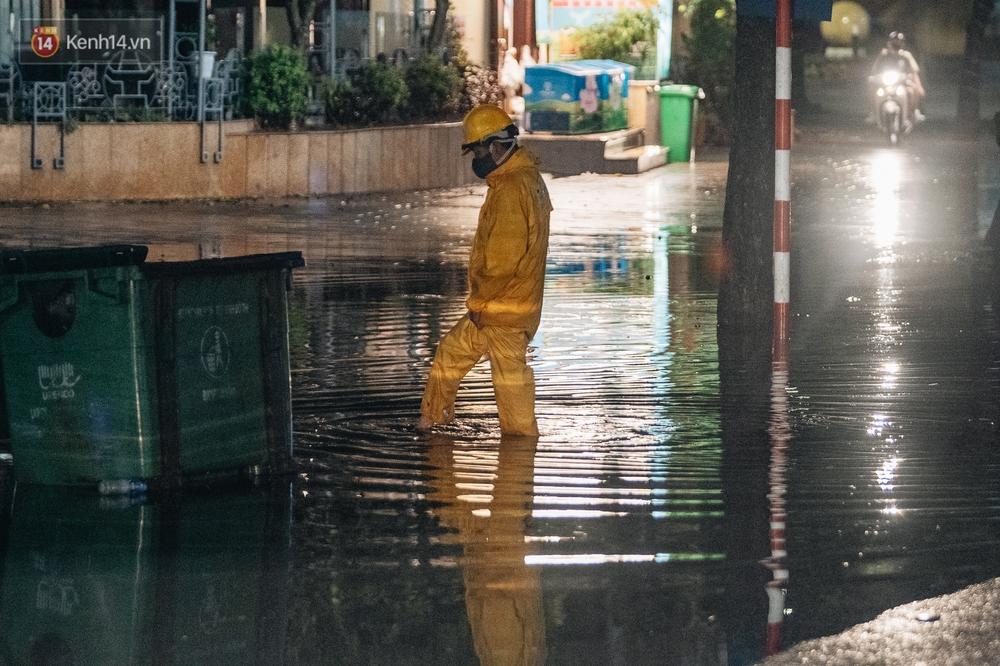 Chùm ảnh Hà Nội sau cơn mưa trắng trời: Cây đổ khắp phố phường, mất điện, người dân không kịp trở tay - Ảnh 10.