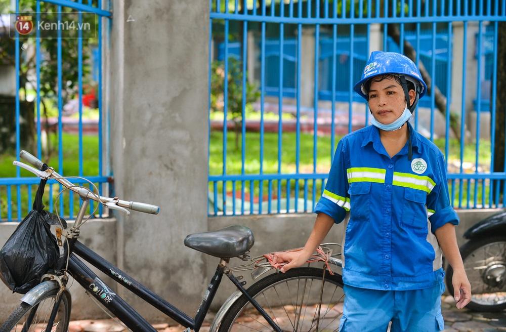 Nước mắt những công nhân thu gom rác bị nợ lương ở Hà Nội: Con nhỏ nghỉ học vì xấu hổ, người bị cụt chân mò mẫm trong rác - Ảnh 5.