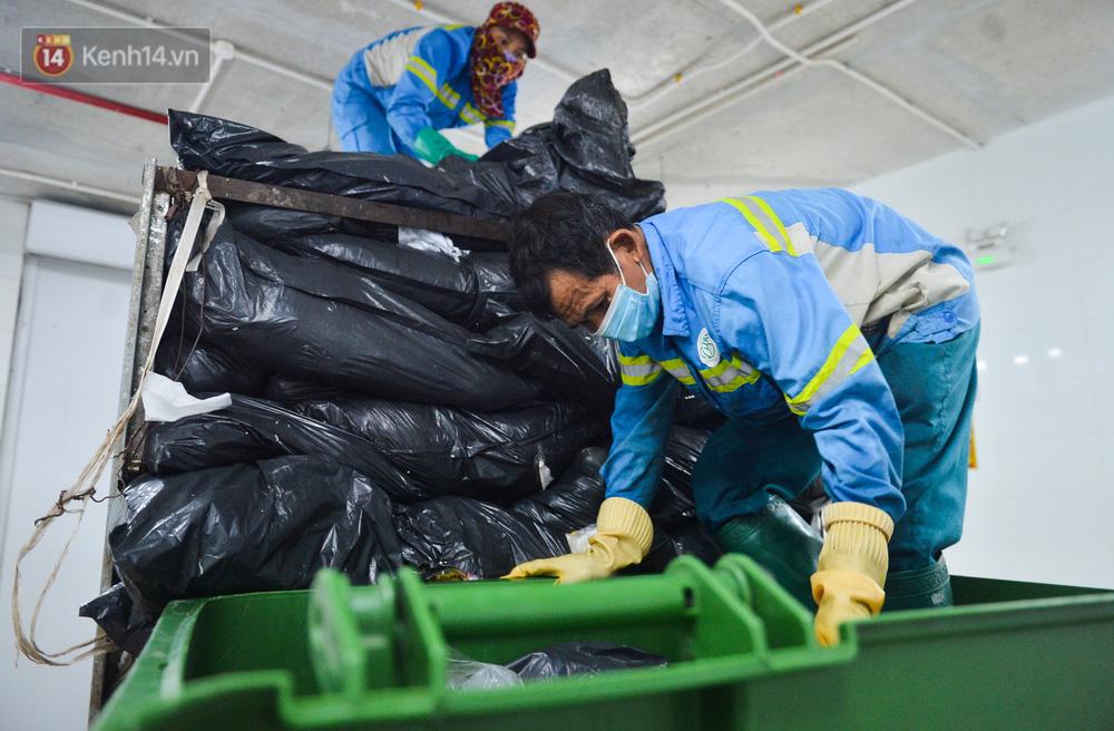 Nước mắt những công nhân thu gom rác bị nợ lương ở Hà Nội: Con nhỏ nghỉ học vì xấu hổ, người bị cụt chân mò mẫm trong rác - Ảnh 11.