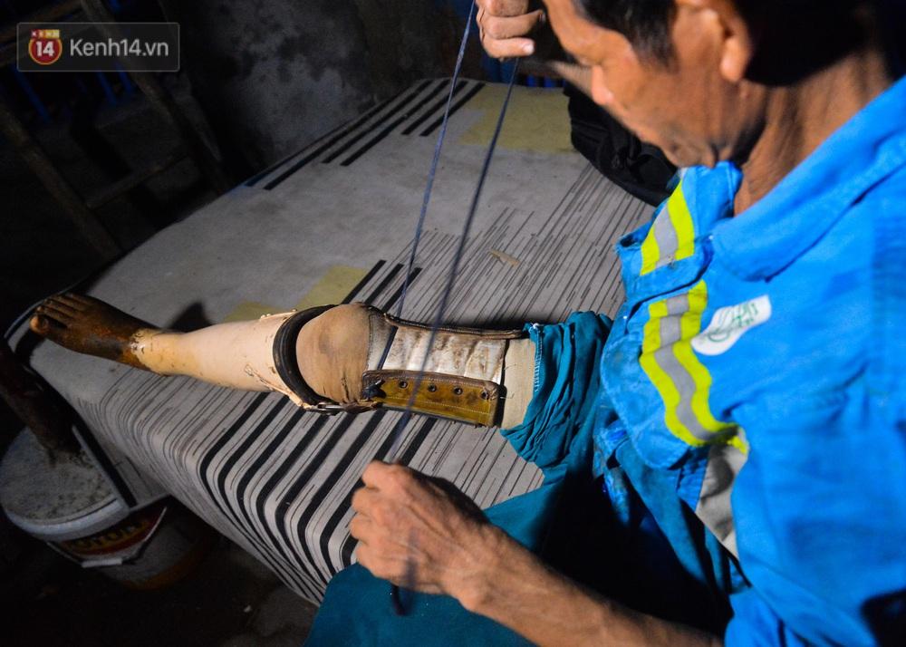 Nước mắt những công nhân thu gom rác bị nợ lương ở Hà Nội: Con nhỏ nghỉ học vì xấu hổ, người bị cụt chân mò mẫm trong rác - Ảnh 17.