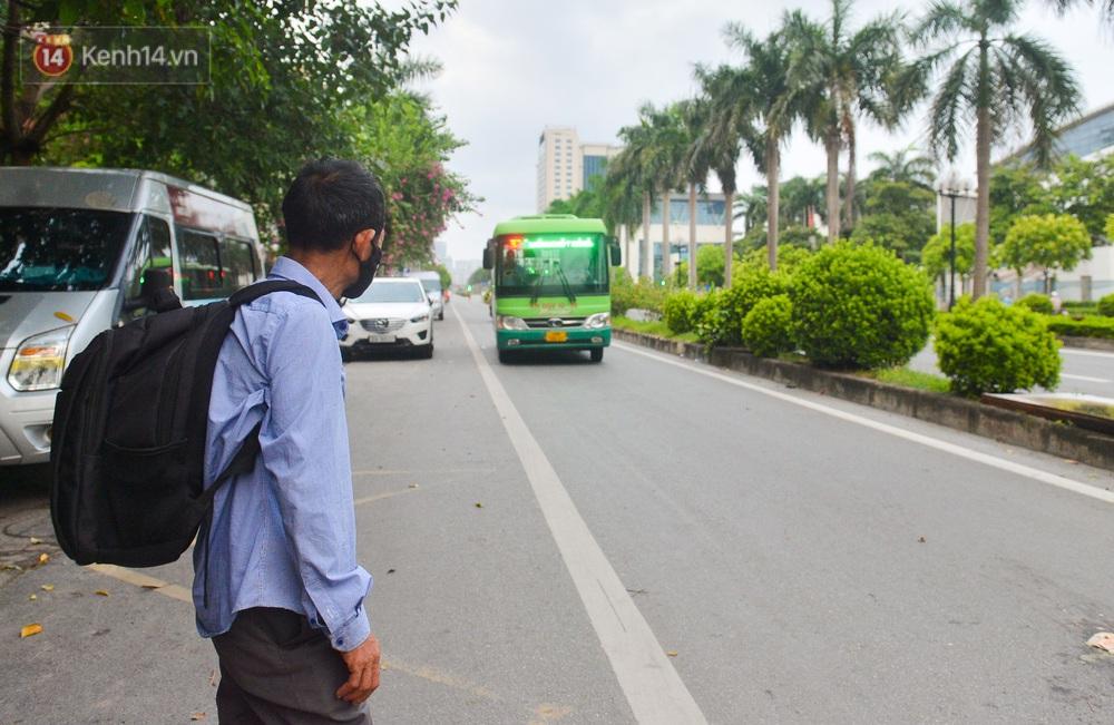 Nước mắt những công nhân thu gom rác bị nợ lương ở Hà Nội: Con nhỏ nghỉ học vì xấu hổ, người bị cụt chân mò mẫm trong rác - Ảnh 18.