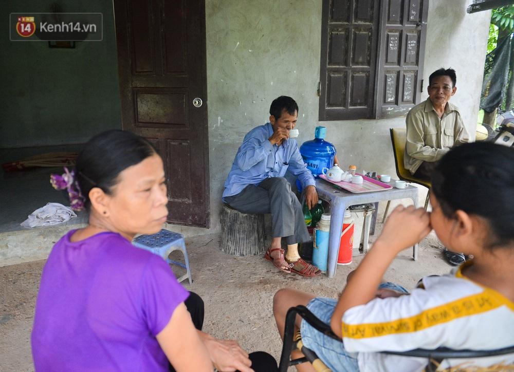 Nước mắt những công nhân thu gom rác bị nợ lương ở Hà Nội: Con nhỏ nghỉ học vì xấu hổ, người bị cụt chân mò mẫm trong rác - Ảnh 23.