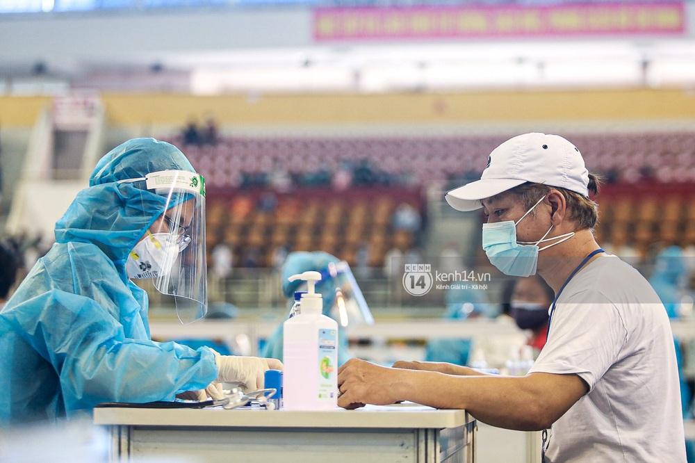 Ảnh, clip: Hơn 9.000 người tại TP.HCM đến Nhà thi đấu Phú Thọ chờ tiêm vaccine COVID-19 - Ảnh 16.