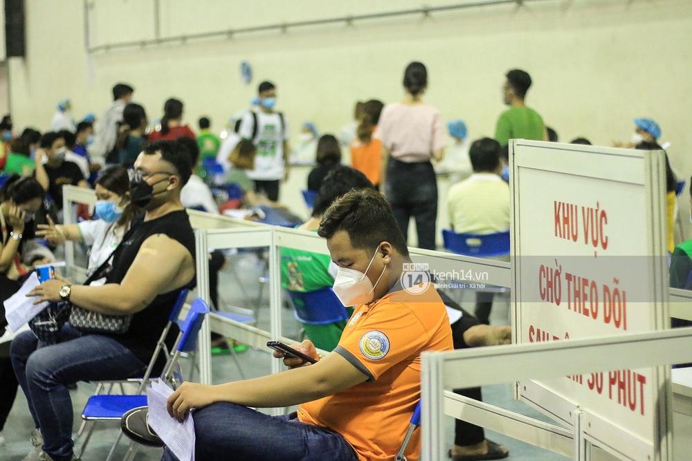 Ảnh, clip: Hơn 9.000 người tại TP.HCM đến Nhà thi đấu Phú Thọ chờ tiêm vaccine COVID-19 - Ảnh 13.