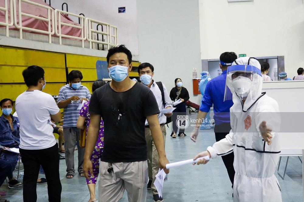 Ảnh, clip: Hơn 9.000 người tại TP.HCM đến Nhà thi đấu Phú Thọ chờ tiêm vaccine COVID-19 - Ảnh 14.