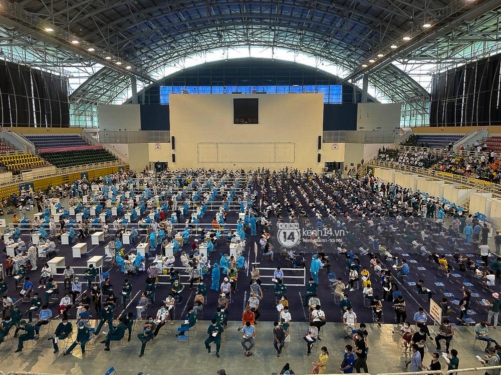 Ảnh, clip: Hơn 9.000 người tại TP.HCM đến Nhà thi đấu Phú Thọ chờ tiêm vaccine COVID-19 - Ảnh 12.