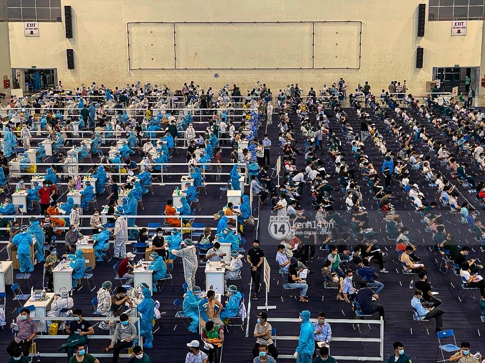 Ảnh, clip: Hơn 9.000 người tại TP.HCM đến Nhà thi đấu Phú Thọ chờ tiêm vaccine COVID-19 - Ảnh 11.