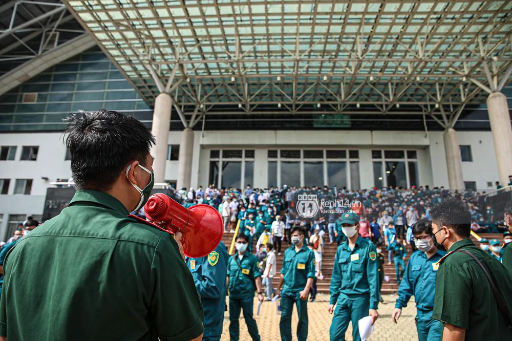 Ảnh, clip: Hơn 9.000 người tại TP.HCM đến Nhà thi đấu Phú Thọ chờ tiêm vaccine COVID-19 - Ảnh 4.