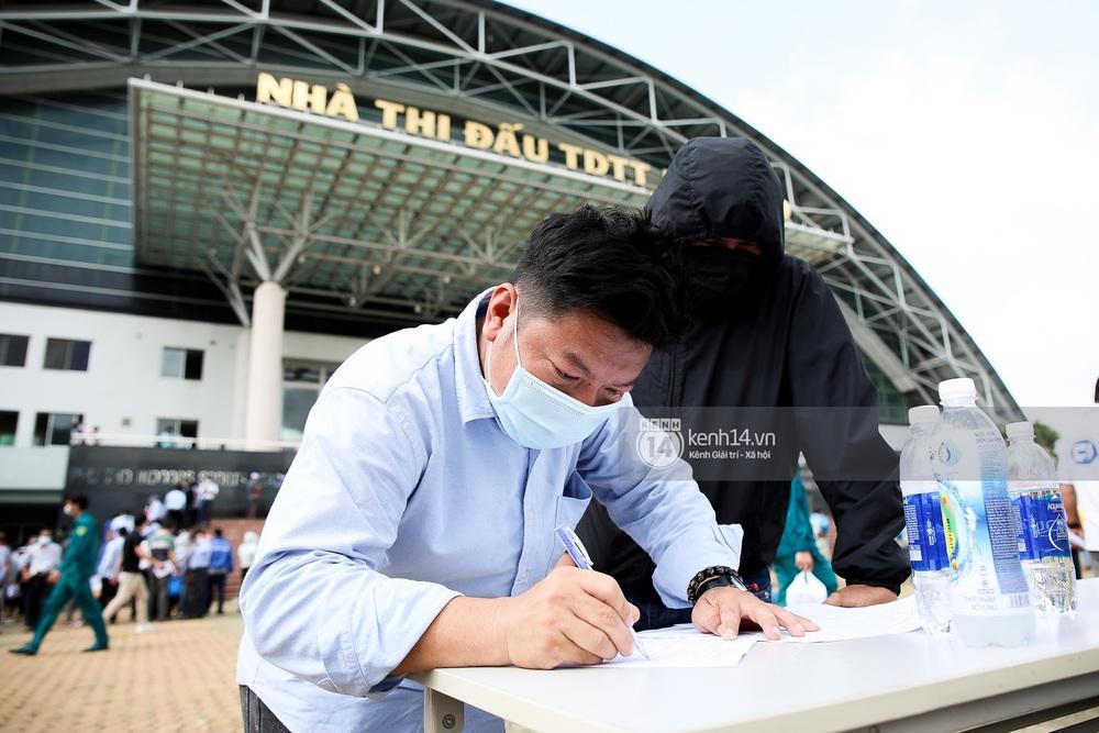 Ảnh, clip: Hơn 9.000 người tại TP.HCM đến Nhà thi đấu Phú Thọ chờ tiêm vaccine COVID-19 - Ảnh 8.