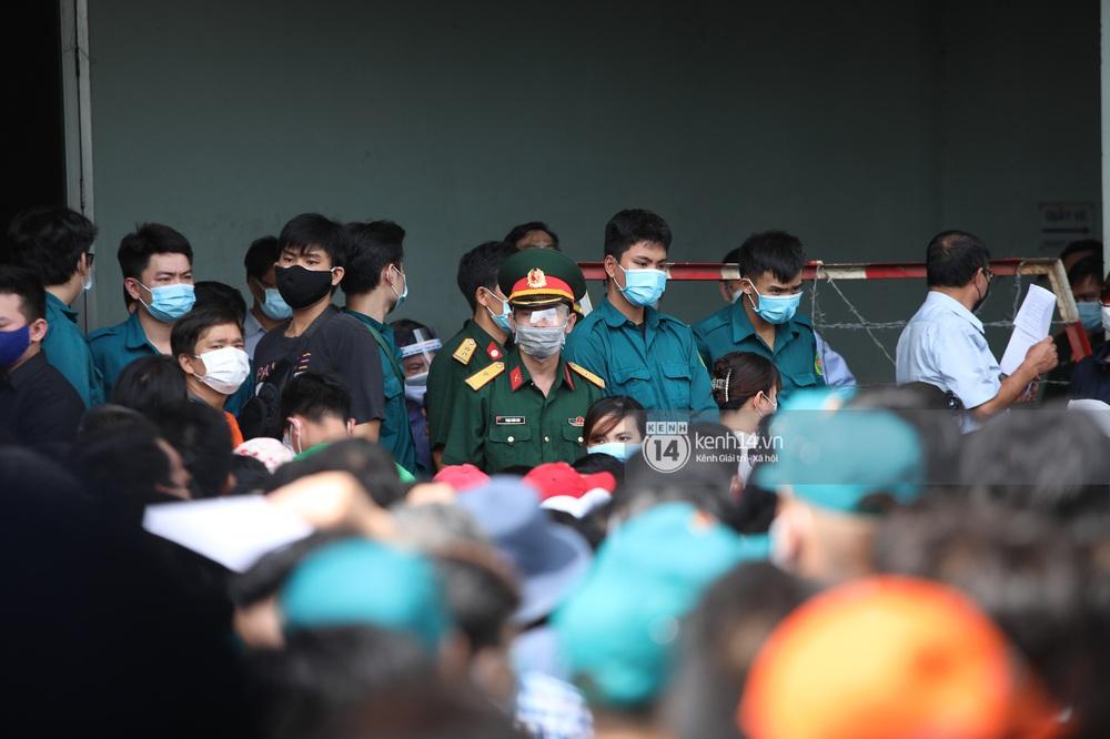 Ảnh, clip: Hơn 9.000 người tại TP.HCM đến Nhà thi đấu Phú Thọ chờ tiêm vaccine COVID-19 - Ảnh 5.