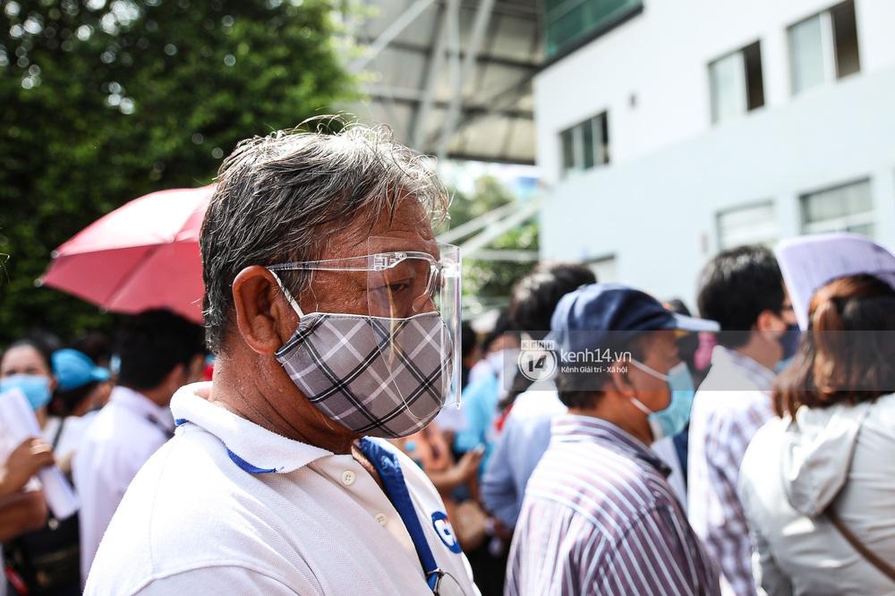 Ảnh, clip: Hơn 9.000 người tại TP.HCM đến Nhà thi đấu Phú Thọ chờ tiêm vaccine COVID-19 - Ảnh 10.