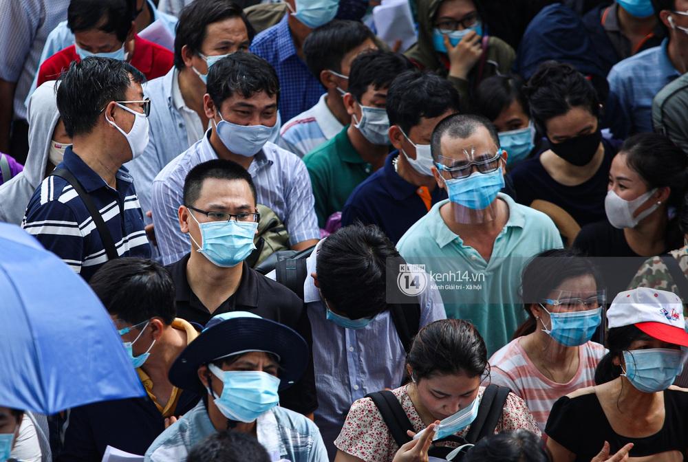 Ảnh, clip: Hơn 9.000 người tại TP.HCM đến Nhà thi đấu Phú Thọ chờ tiêm vaccine COVID-19 - Ảnh 6.