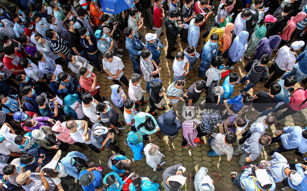 Ảnh, clip: Hơn 9.000 người tại TP.HCM đến Nhà thi đấu Phú Thọ chờ tiêm vaccine COVID-19 - Ảnh 7.